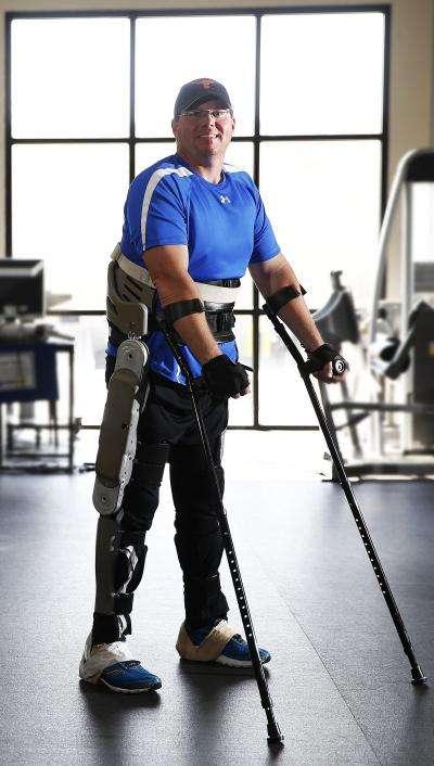 Brian Shaffer est une des rares personnes à avoir pu tester l'exosquelette. Il a été ravi de l'expérience et de pouvoir remarcher. © Joe Howell, Vanderbilt University