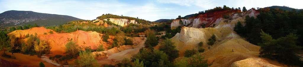 L'oxyde de fer colore l'ocre du jaune au violet. Ici, de l'ocre en Roussillon, dans le Lubéron. Photo prise dans le Colorado provençal (Vaucluse). © Vincent, DP