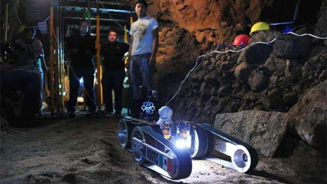 La caméra infrarouge visible sur cette photographie (globe blanc) est en réalité montée sur un deuxième robot de plus petite taille. © Melitón Tapia, Inah