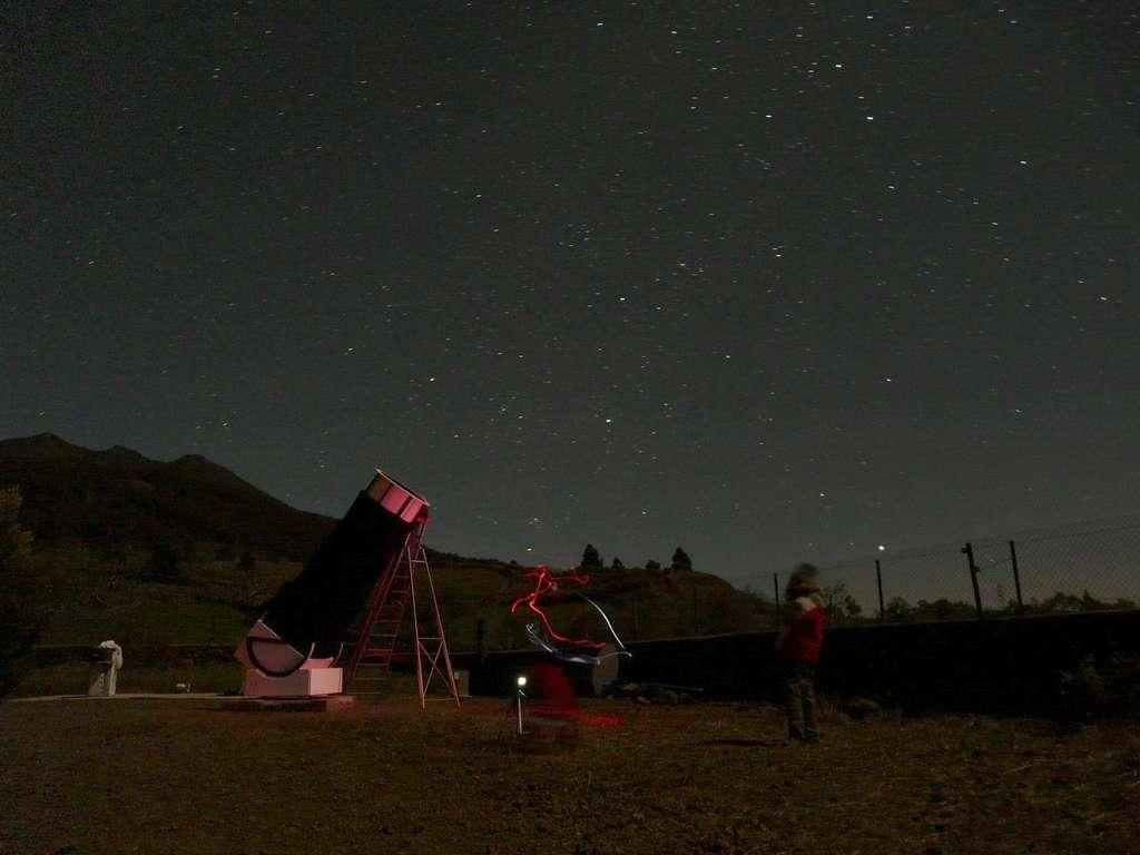 Sous un très beau ciel les astronomes se régalent à détecter visuellement la grande galaxie d'Andromède avant de la pointer avec leurs télescopes. © J.-B. Feldmann