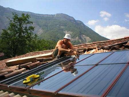 Les capteurs solaires thermiques peuvent s'intégrer dans la toiture et deviennent alors de véritables éléments de couverture. © Clipsol - Tous droits réservés