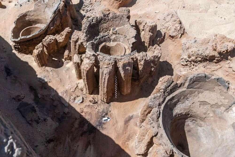 Les cuves en céramique. © Ministère égyptien du Tourisme et des Antiquités