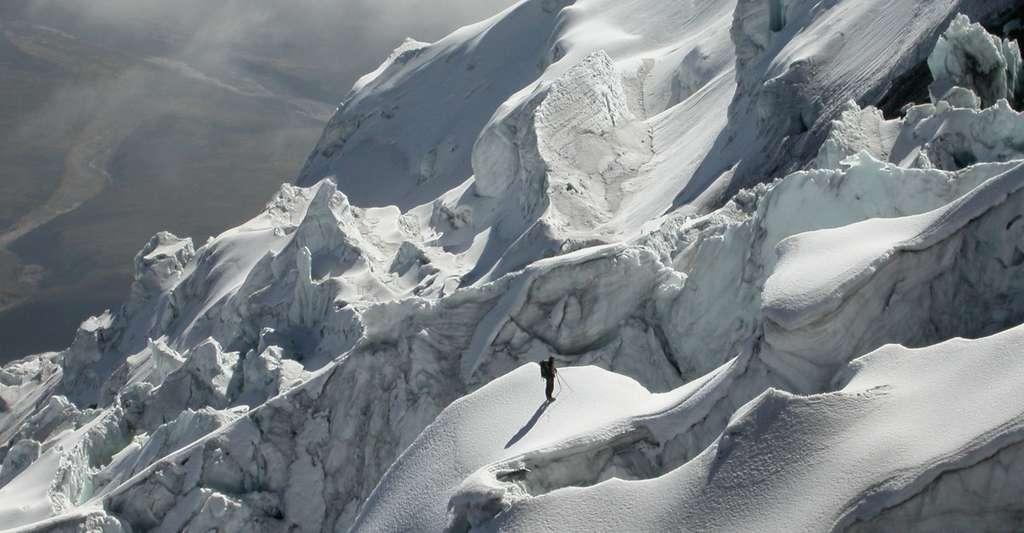 Glaciologue à la recherche d'un passage dans un champ de sérac. Flanc nord du volcan englacé Cotopaxi (Equateur). Eissen, Jean-Philippe - ©IRD
