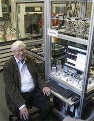 Gerhard Ertl étudie la chimie très spéciale qui se déroule à la surface solides.