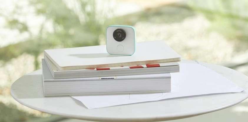 L'appareil photo Google Clips intègre un algorithme d'apprentissage automatique pour décider du moment opportun de prendre une photo. © Google