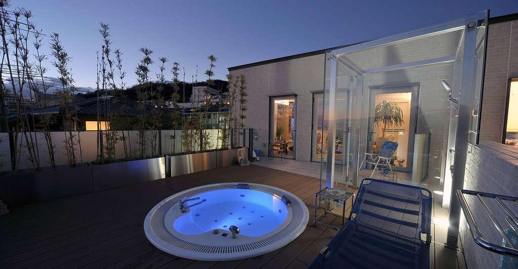 Le bien-être d'un spa extérieur. © Norinori303, Shutterstock