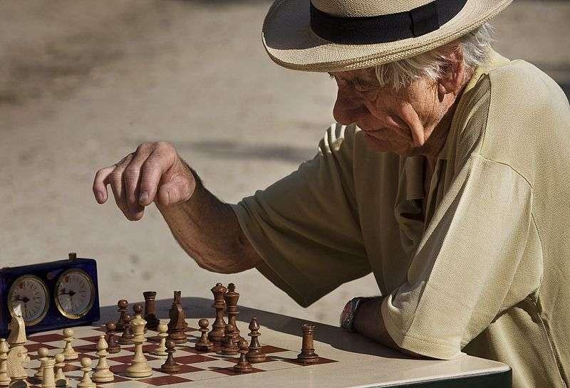 Si la vieillesse commence à l'âge adulte, ses effets ne sont visibles qu'à partir de 50 ans : plus grande difficulté à apprendre ou à se souvenir de certains noms ou lieux, etc. © Jorge Royan, Wikimedia Commons, cc by sa 3.0