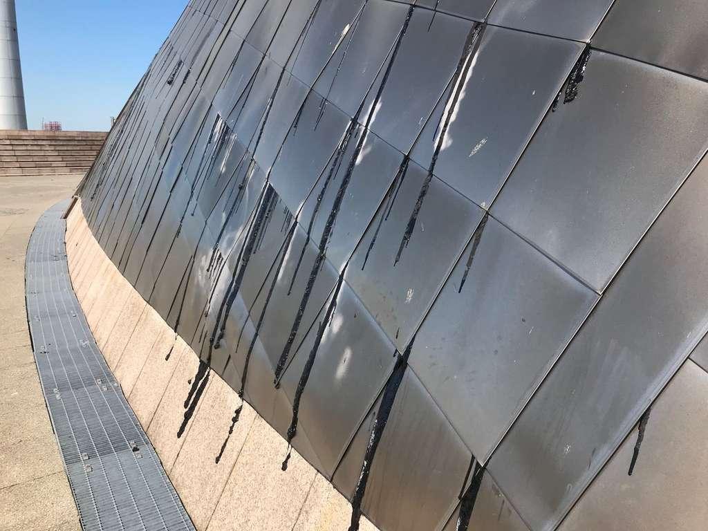 À Glasgow en Écosse, les jointures du toit fondent sous l'effet de la chaleur. © BBC Scotland News, Twitter