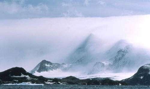 Photo 2 - Nuages (fractocumulus et stratus nebulosus opacus) associés à l'effet de Foëhn : en Antarctique. Crédits Documents MAP et Cool Antarctica.