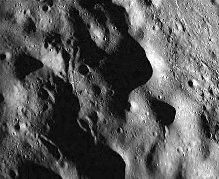Image de la surface lunaire prise par la caméra de l'impacteur. Crédit ISRO