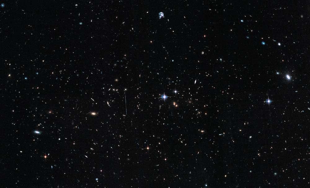 Distant de 7,2 milliards d'années-lumière de nous, El Gordo regroupe plusieurs centaines de galaxies. Il s'agit de la collision de deux superamas. Sa masse totale est évaluée à 3.000 fois celle de la Voie lactée. Invisible sur ce paysage cosmique dépeint par Hubble dans le visible, d'immenses volumes de gaz chauds et de matière noire déduits par une nouvelle étude constituent l'essentiel de sa masse. © Nasa, Esa, Hubble, Chandra