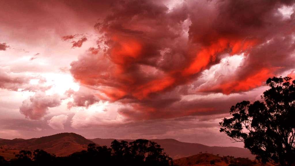 Somptueux nuage rouge dans le ciel (cumulus)