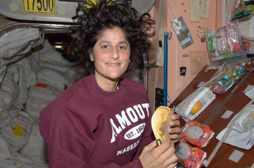 Dans l'ISS, l'astronaute de la Nasa Sunita Williams se prépare à manger ce qui ressemble à une crêpe mexicaine à côté des repas du jour, à disposition des occupants de la Station. Pour des séjours plus longs et plus lointains, quand se fera puissamment ressentir la nostalgie de la Planète bleue, il faudra des aliments rappelant davantage la nature et, de temps à autre, les cuisiner soi-même. © Nasa