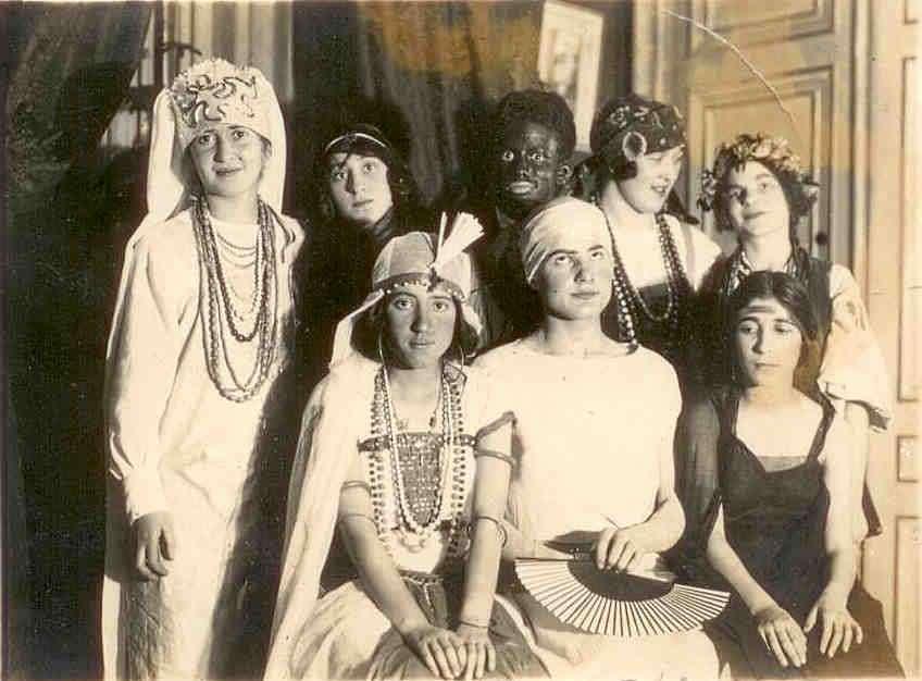 Une soirée costumée chez des Russes blancs à Paris en 1925. 1,5 million de Russes blancs auraient émigré, dont 400.000 en France. © Anonyme, Wikimedia Commons, Domaine Public