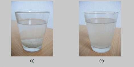 Le sel de cuisine se dissout très mal dans l'éthanol (a). Au contraire, il se dissout facilement dans l'eau grâce à la forte polarité de la molécule d'eau (b). L'eau arrive donc à dissoudre à la fois l'éthanol et le sel : au final, l'éthanol et le sel se retrouvent mélangés ensemble, grâce à l'eau qui leur a servi de « liant ». Cette capacité de mélange explique l'importance de l'eau liquide en chimie.