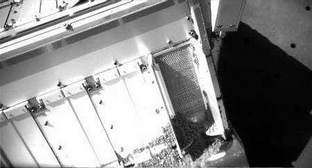 Mercredi 30 juillet. L'échantillon déposé sur la grille d'entrée, dont une partie a pénétré dans l'analyseur. Crédit : Nasa/Université d'Arizona.