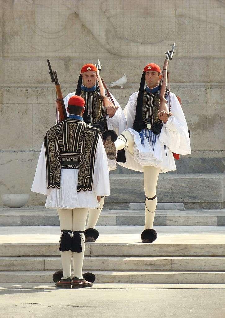 Evzones en costume traditionnel, lors de la relève de la garde près de la tombe du Soldat inconnu, à Athènes, en Grèce. © Wisniowy, Wikimedia Commons, CC by-sa 3.0