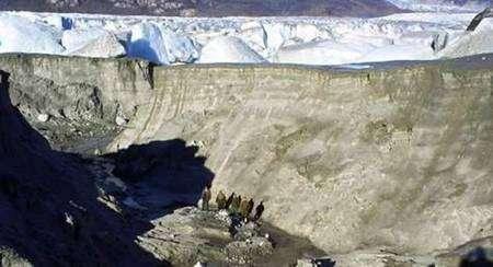 Groupe de scientifiques au fond de l'ancien lac. Image : Corporation nationale des forêts chiliennes.