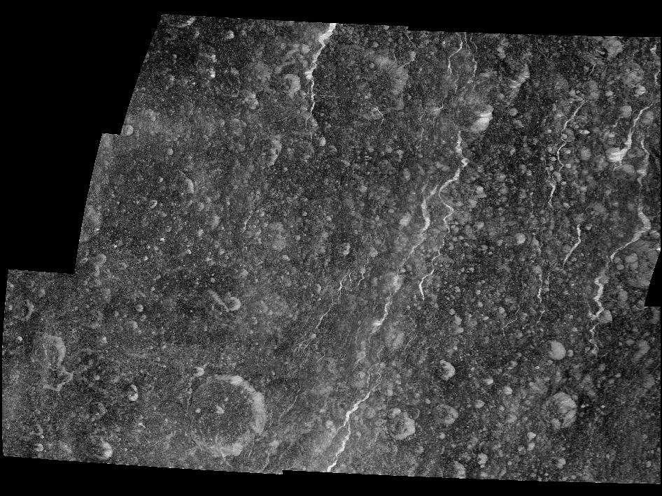Le survol du 2 mars 2010 a été le plus favorable pour que la sonde Cassini révèle les dépôts de glace sur les falaises de Rhéa. © Nasa/JPL/SSI