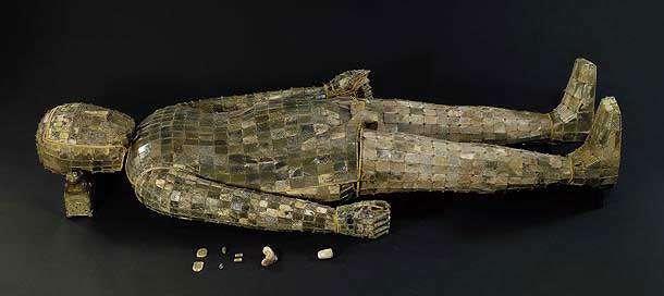 Linceul de jade, tombe du prince Liu Xiu, jade, or et bronze, 182 cm. © Musée de la province du Hebei