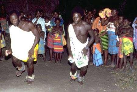 Danses rituelles d'origine africaine célébrant l'adresse et la force. Village de Banafokondre, pays Saramaka, Suriname. © IRD, Michel Sauvain, tous droits de reproduction interdits