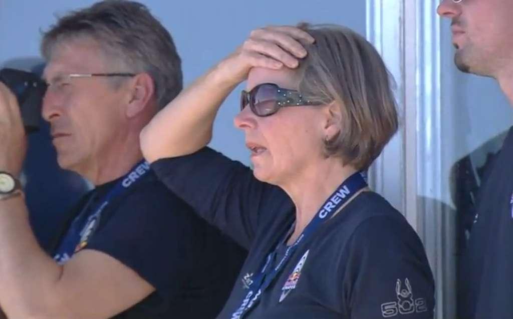 La mère de Felix Baumgartner pendant les préparatifs du décollage. Pas vraiment rassurée... (Extrait de la vidéo de la retransmission en direct.) © Red Bull YouTube
