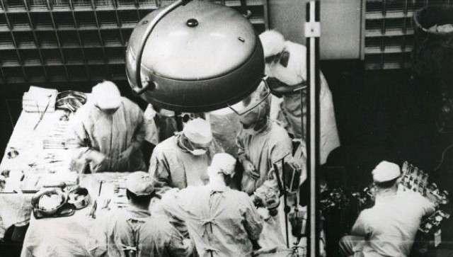 Le 23 décembre 1954, l'équipe du professeur Joseph Murray réussit la première greffe de rein de l'histoire entre deux jumeaux qui survivront plusieurs années après. © Brigham and Women's Hospital, Facebook