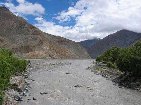 Dans les hauteurs de la vallée de la Kali Gandaki, une rivière venue des plateaux tibétains et dévalant jusqu'au Gange, en s'insinuant entre le massif des Annapurna et le Dhaulagiri. © INSU