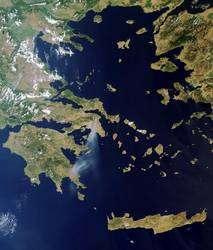 La Grèce (une grande partie du moins), la Crète et la mer Egée vues par le spectromètre Meris, un instrument du satellite Envisat, le samedi 22 août à 8 h 37 TU (cliquer sur l'image pour l'agrandir). Il était alors 11 h 37 en Grèce et l'incendie, au nord d'Athènes, produisait un panache de fumée poussé par un vent du nord jusqu'à 200 kilomètres vers le sud. © Esa
