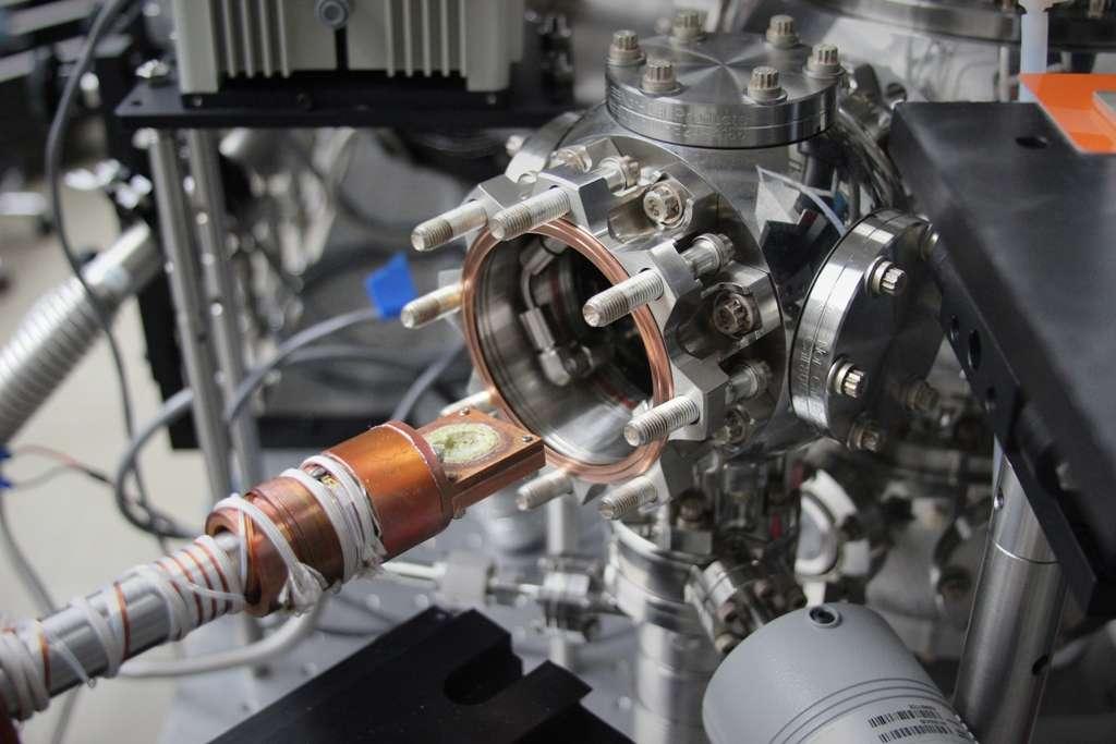 Les échantillons de sel ont été soumis à des électrons dans les conditions de température et de pression régnant à la surface d'Europe. Sur l'image, l'un d'entre eux est sorti du simulateur où se sont déroulées les expériences. © Nasa, JPL