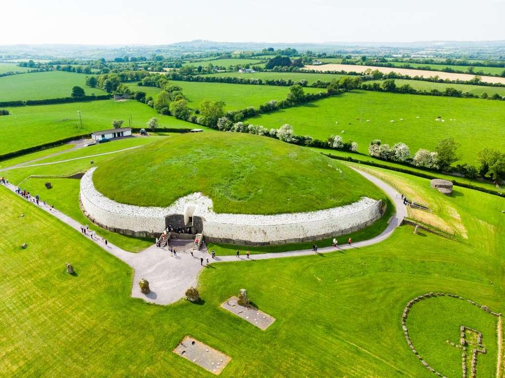 Le tumulus de Newgrange, un des sites archéologiques les plus connus d'Irlande. © MN Studio, Adobe Stock