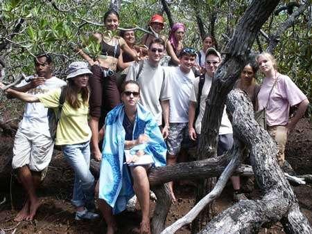 Etudiants de géographie de l'université de la Nouvelle-Calédonie en sortie dans les mangroves de la baie du Carénage © JM Lebigre