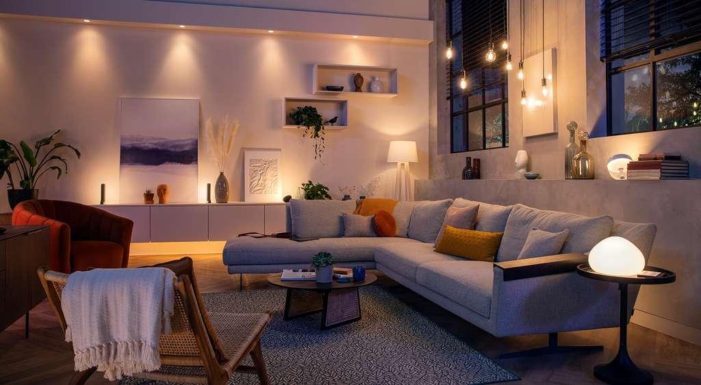 Adapter l'éclairage d'une pièce en fonction des envies depuis un smartphone ou via un assistant vocal, c'est ce que permettent les ampoules connectées. © Philips