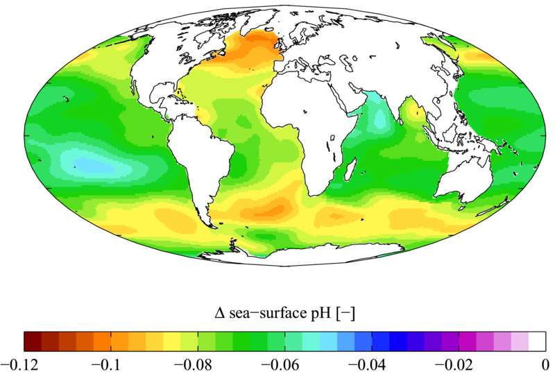 Carte présentant les variations du pH dans les océans depuis l'ère préindustrielle (1700) jusqu'aux années 1990. Globalement, ce paramètre a sans cesse diminué, traduisant ainsi une acidification de l'eau de mer. © Plumbago, Wikimedia common, CC by-sa 3.0