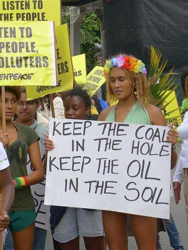 Manifestation écologiste pendant le sommet de Durban (sur la pancarte : « Laissez le charbon dans le trou, laissez le pétrole dans le sol »). © cncd, Flickr, cc by nc sa 2.0