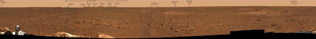 Spirit a été lancé le 30 mai 2003 et s'est posé sans encombre le 4 janvier 2004 à l'intérieur du cratère Gusev, à 15 degrés sud de l'équateur martien. D'un diamètre d'environ 165 km, ce cratère a probablement été formé il y a 3 à 4 milliards d'années à la suite de la chute d'un astéroïde géant. © Nasa