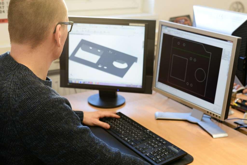 Avant de proposer au client ses recherches, l'ingénieur structure dessine et modélise en 3D son projet avant tester et vérifier ses calculs. © industrieblick, Fotolia.