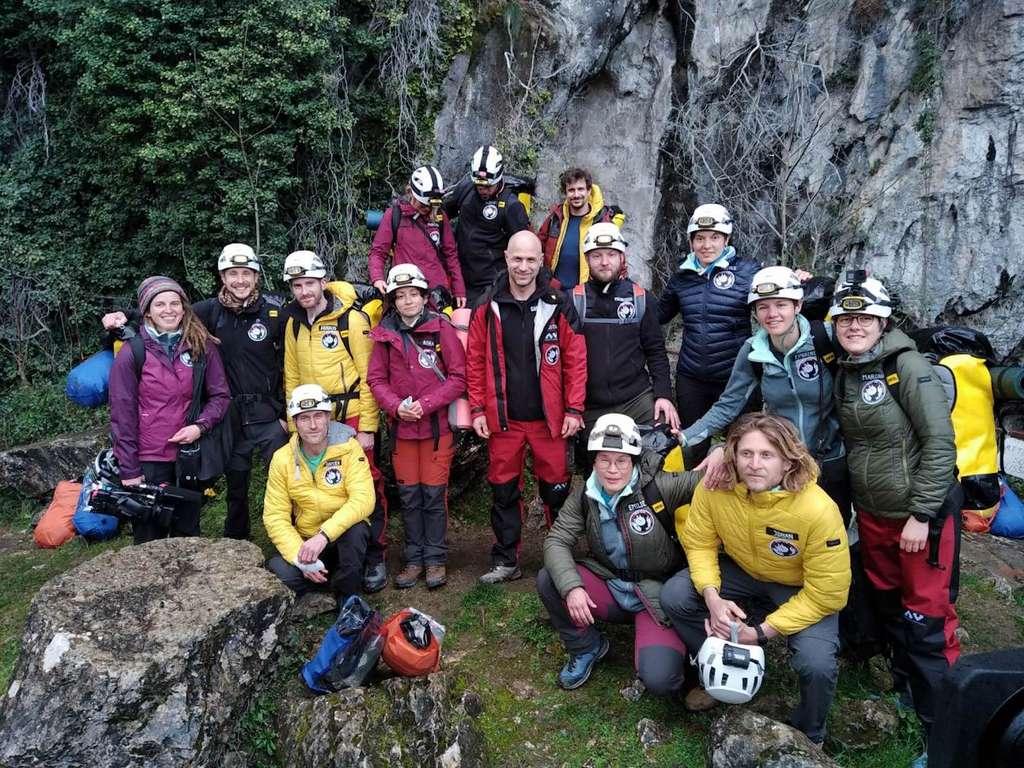 L'équipe de Deep Time, le 14 mars 2021, juste avant de descendre dans la grotte de Lombrives (Ariège) où le groupe restera 40 jours. 40 jours, pour des raisons scientifiques, mais aussi pour la symbolique du nombre dans plusieurs civilisations. © Human Adaptation Institute