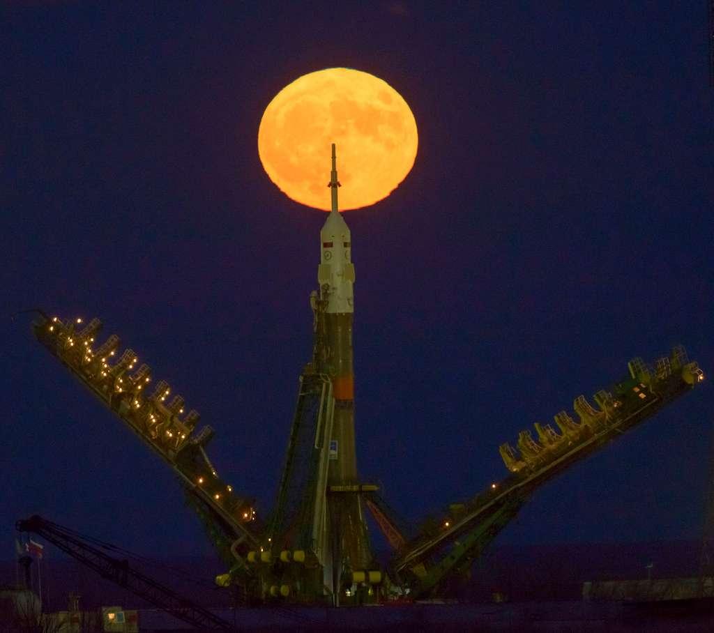 La superlune du 14 novembre, la plus grosse depuis 1948, toise le lanceur Soyouz. © Nasa, Bill Ingalls