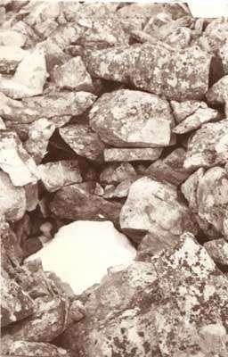 Puits à neige dans le chirat : la neige s'accumule entre les blocs et subsiste parfois plusieurs jours voire plusieurs semaines après la fonte