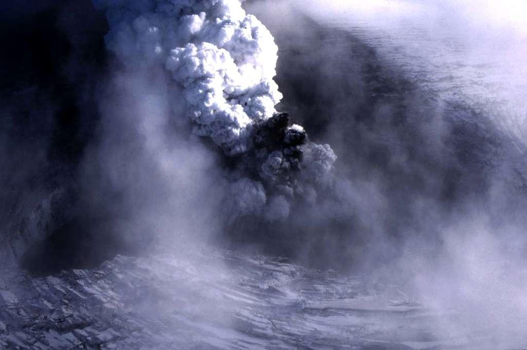 Éruption sous le glacier Vatnajökull, en Islande, le 9 octobre 1996. Une importante fissure, de 3 km de long et de 300 m de large, s'est ouverte. Un panache de cendres noires, éjectées à grande vitesse, côtoie un nuage blanc de vapeur d'eau. © J.-M. Bardintzeff, tous droits réservés, reproduction interdite