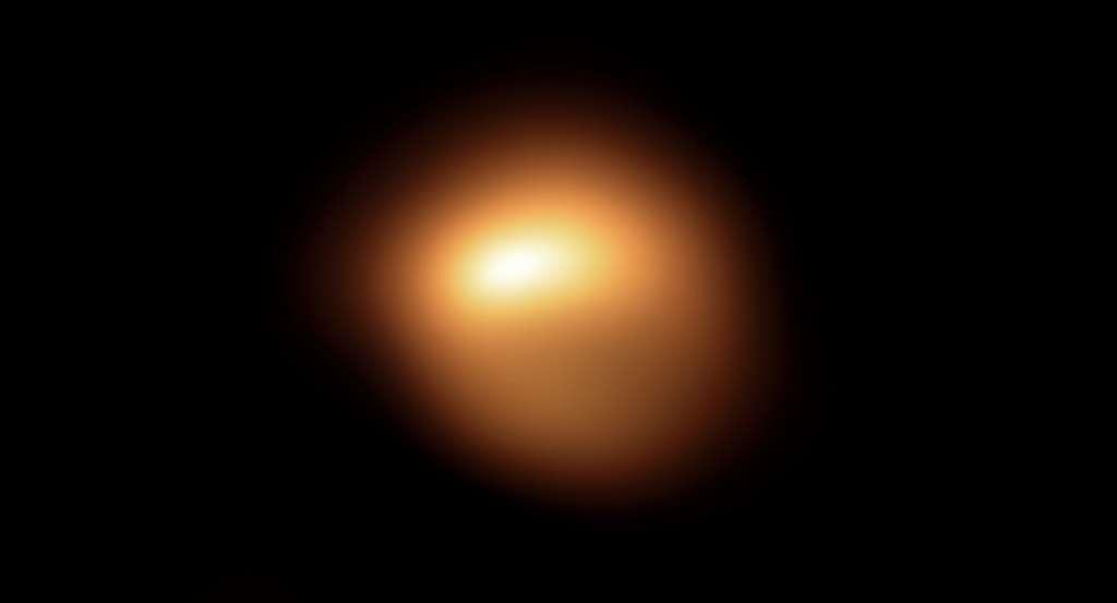 Cette surprenante image de la surface de l'étoile acquise en décembre 2019 au moyen de l'instrument Sphere qui équipe le VLT, est l'une des toutes premières obtenues dans le cadre d'une campagne d'observations visant à comprendre la raison de l'affadissement de l'étoile. Une rapide comparaison avec l'image acquise au mois de janvier 2019 montre combien l'étoile a vu sa luminosité décroître et sa forme apparente varier. © ESO, M. Montargès et al.