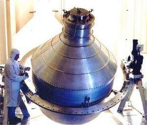 Pour assurer la précision nécessaire, l'expérience doit être conduite à 2,3 kelvins. Les instruments sont donc plongés dans un réservoir contenant 2.441 litres d'hélium liquide, qui, à cette température, se présente à l'état superfluide. © Nasa