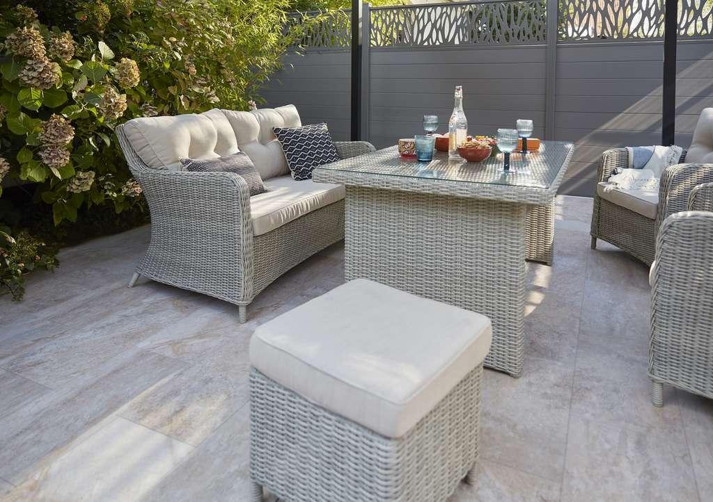 Composé d'un canapé, de fauteuils et d'une table basse, les meubles de jardin bas ou coffee set transforment immédiatement une terrasse en salon d'extérieur. © Castorama