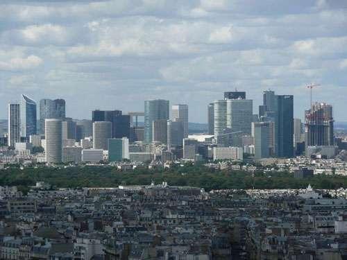 Quartier d'affaires de la Défense vu depuis la tour Montparnasse à Paris. © Simdaperce, licence Creative Commons Paternité – Partage des conditions initiales à l'identique 3.0 Unported, 2.5 Générique, 2.0 Générique et 1.0 Générique