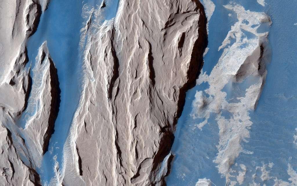 Détail de la formation Medusae Fossae où l'on peut voir l'œuvre de l'érosion éolienne. Image infrarouge prise par la sonde Mars Reconnaissance Orbiter. © Nasa, JPL, University of Arizona