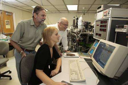 Toujours de gauche à droite Harrison, Hopkins et Manning examinant les résultats de l'analyse des zircons avec une microsonde ionique. © Reed Hutchinson, Ucla