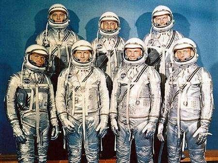 Les astronautes du programme Mercury. De gauche à droite, à l'arrière : Alan Shepard, Virgil Grissom et Gordon Cooper. À l'avant : Walter M. Schirra, Donald Kent Slayton, John Glenn et Scott Carpenter