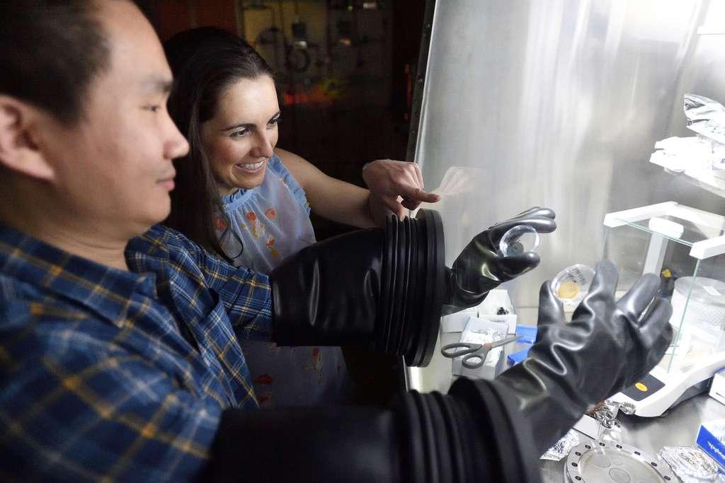 Les chercheurs manipulent les échantillons d'atmosphère dans ce que l'on appelle des boîtes à gants de laboratoire placées sous azote, pour éviter une contamination par l'air ambiant. © Will Kirk, JHU