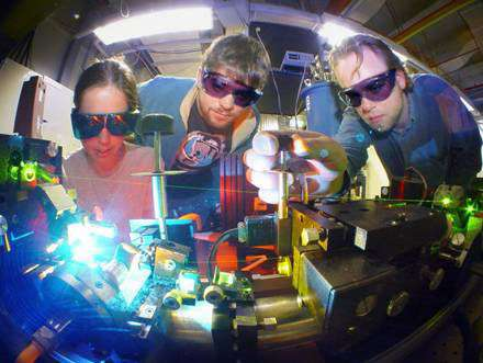 Chercheurs australiens développant la nouvelle génération d'ordinateur quantique. Imbrication quantique et qubit font à présent partie de leur nouveau langage informatique. © ANU/RSPhysSE - Tous droits de reproduction interdit